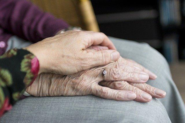 מטפלת או בית אבות